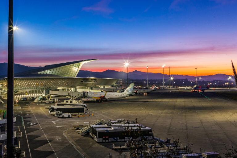"""El Aeropuerto  de  Bilbao ya  opera  como  """"Torre  Avanzada"""", lo que favorecerá el aprovechamiento del espacio aéreo y la puntualidad de los vuelos"""